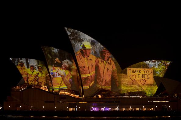 オーストラリア「Sydney Opera House Sails Light Up In Support Of Australians Affected By Bushfires」:写真・画像(6)[壁紙.com]