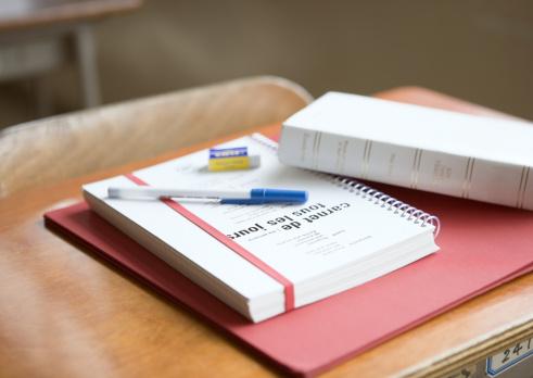 文字「Stationery on school desk」:スマホ壁紙(18)