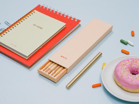 カレンダー「ノート鉛筆ドーナツと上から文房具」:スマホ壁紙(3)