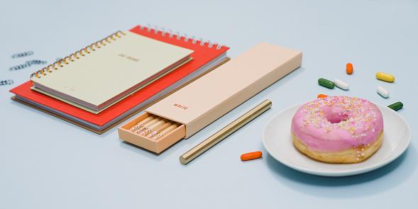 カレンダー「ノート鉛筆ドーナツと上から文房具」:スマホ壁紙(2)