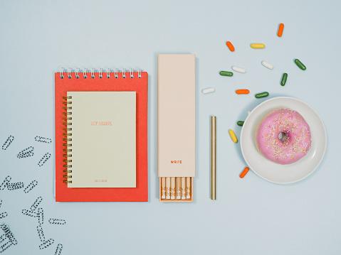 カレンダー「ノート鉛筆ドーナツと上から文房具」:スマホ壁紙(1)