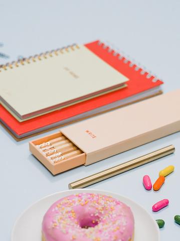 カレンダー「ノート鉛筆ドーナツと上から文房具」:スマホ壁紙(5)