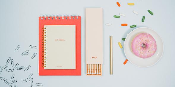 カレンダー「ノート鉛筆ドーナツと上から文房具」:スマホ壁紙(0)