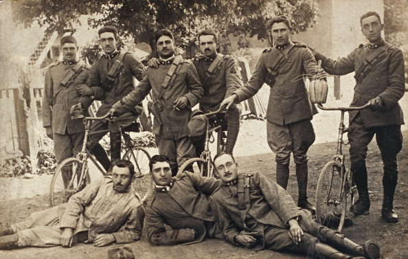 Fototeca Storica Nazionale「ITALY - 1916: Nine soldiers on military license, worried about their coming back to the front of combat」:写真・画像(15)[壁紙.com]