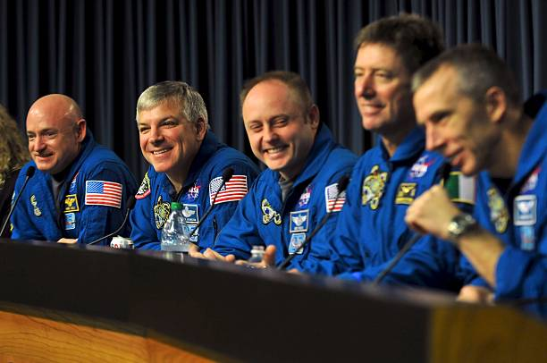 Space Shuttle Endeavour Astronauts press conference At KSC After Final Mission To Space Station:ニュース(壁紙.com)