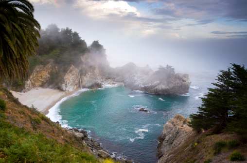 Julia Pfeiffer Burns State Park「Fog rolls in at the classic Big Sur overlook in Julia Pfeiffer Burns State Park in California.」:スマホ壁紙(8)