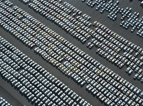 Car Dealership「Rows of new cars parked in parking lot, aerial view」:スマホ壁紙(16)