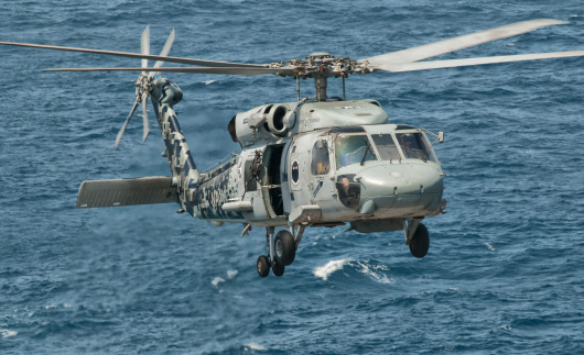 Arabian Sea「A US Navy SH-60F Seahawk assigned to Helicopter Anti-submarine Squadron Five (HS-5) Nightdippers, flying off the coast of Pakistan.」:スマホ壁紙(11)