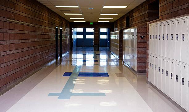 Empty School Hallway:スマホ壁紙(壁紙.com)