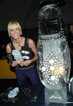Ice Sculpture「Heidi Klum Launches Birkenstock Shoe Collection」:写真・画像(2)[壁紙.com]