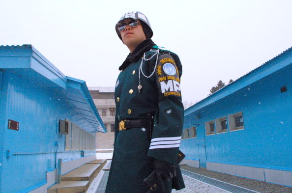 North「North And South Korean Soldiers Guard The DMZ」:写真・画像(15)[壁紙.com]