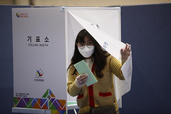 South Korea「South Korea Hold Its Parliamentary Election Amid The Coronavirus Outbreak」:写真・画像(18)[壁紙.com]
