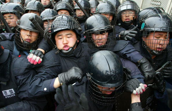 Pushing「South Korean Anti War Protesters Clash With Riot Police」:写真・画像(6)[壁紙.com]