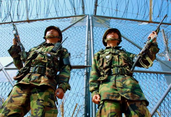 North「S. Korean Soldiers Patrol DMZ As Work Continues On Railroad」:写真・画像(16)[壁紙.com]