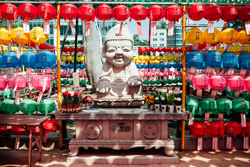 Surrounding「South Korea, Seoul, Happy Buddha statue surrounded by colorful lanterns at Jogyesa Temple」:スマホ壁紙(11)