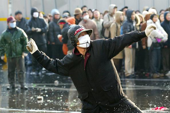 Wet「South Korean Farmers Riot Against The Free Tade Agreement」:写真・画像(17)[壁紙.com]