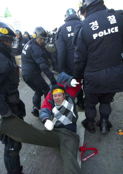 Free Trade Agreement「South Korean Farmers Clash With Riot Police  」:写真・画像(14)[壁紙.com]