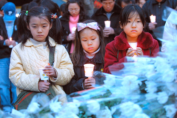 Chrysanthemum「South Koreans Grieve Victims Lost In Subway Fire」:写真・画像(19)[壁紙.com]