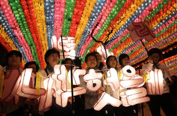 Ferry「Lantern Festival Takes Place To Celebrate Buddha's Birthday」:写真・画像(16)[壁紙.com]