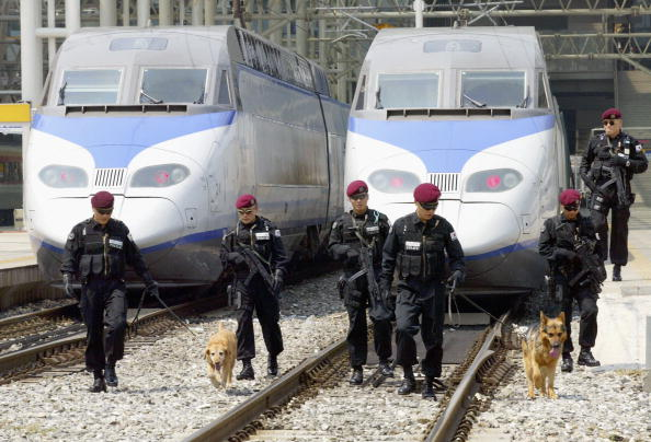 Sniff Dog「Bomb Scare Disrupts Train Services In South Korea」:写真・画像(9)[壁紙.com]