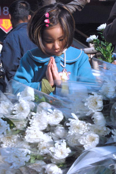 Chrysanthemum「South Koreans Grieve Victims Lost In Subway Fire」:写真・画像(9)[壁紙.com]
