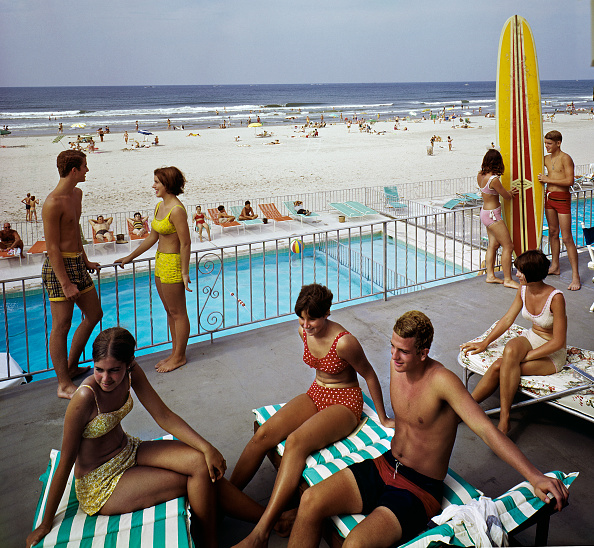 Summer「Tourists lounging on Commander Hotel balcony at the beach」:写真・画像(12)[壁紙.com]