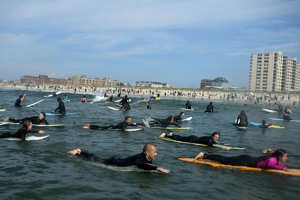 Sport「New York Area Surfers Take Part In Black Lives Matter Paddle Out」:写真・画像(10)[壁紙.com]