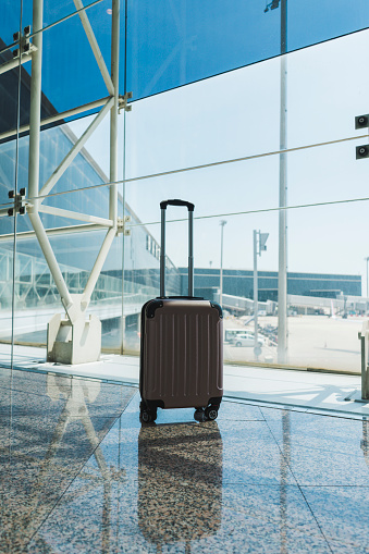 Vertical「Suitcase at airport」:スマホ壁紙(10)