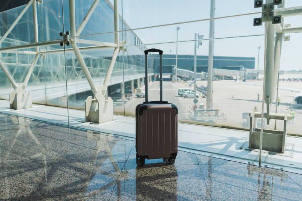 Suitcase at airport:スマホ壁紙(壁紙.com)
