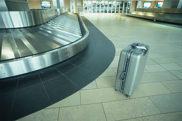 Suitcase at Baggage Claim:スマホ壁紙(壁紙.com)