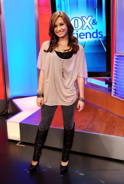 "Visit「Demi Lovato And Jimmy Johnson  Visit ""FOX & Friends""」:写真・画像(16)[壁紙.com]"
