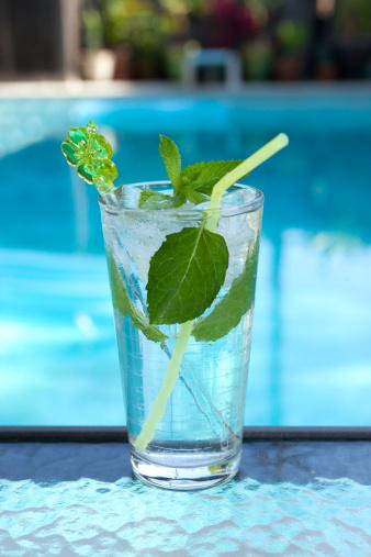 南国「Mojito cocktail by a swimming pool」:スマホ壁紙(11)