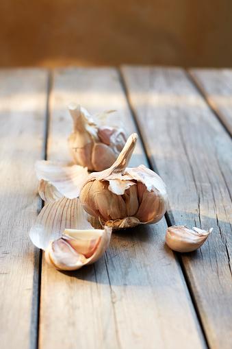 Garlic Clove「Garlic cloves on wood」:スマホ壁紙(13)