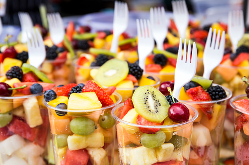 Market Stall「Plastic cups of fruit salad on street market」:スマホ壁紙(9)