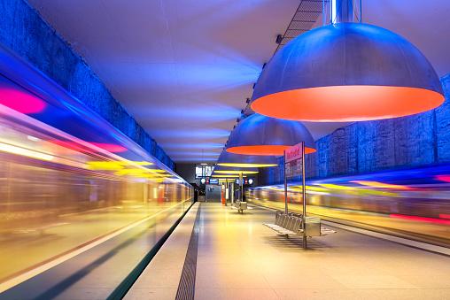 アート「ドイツのミュンヘンでカラフルな地下鉄駅」:スマホ壁紙(6)