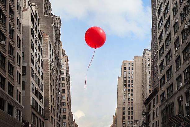 Red balloon floating through city:スマホ壁紙(壁紙.com)