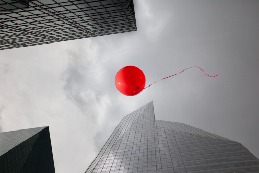 Imagination「Red balloon floating through skyscrapers」:スマホ壁紙(2)