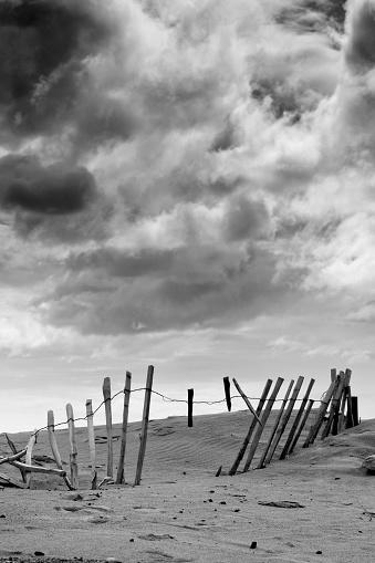 Broken「Broken fence in dune, South Shields, Tyne and Wear, England, Europe」:スマホ壁紙(17)