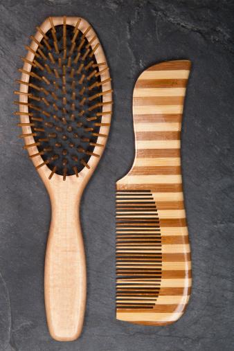 美容「Hair brush and comb on slate board, close up」:スマホ壁紙(14)