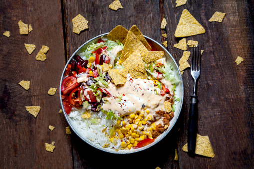 Taco「Taco salad bowl with rice, corn, chili con carne, kidney beans, iceberg lettuce, sour cream, nacho chips, tomatoes」:スマホ壁紙(1)