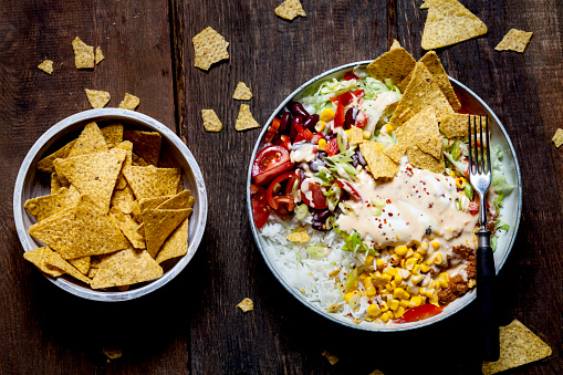 Sour Cream「Taco salad bowl with rice, corn, chili con carne, kidney beans, iceberg lettuce, sour cream, nacho chips, tomatoes」:スマホ壁紙(12)