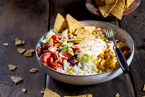 Sour Cream「Taco salad bowl with rice, corn, chili con carne, kidney beans, iceberg lettuce, sour cream, nacho chips, tomatoes」:スマホ壁紙(13)