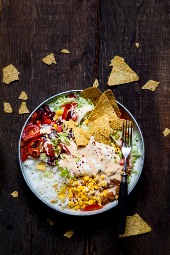 Sour Cream「Taco salad bowl with rice, corn, chili con carne, kidney beans, iceberg lettuce, sour cream, nacho chips, tomatoes」:スマホ壁紙(18)