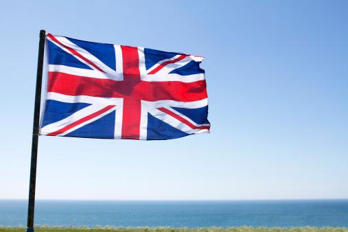 ユニオンジャック「Union Jack flag flying in a blue sky」:スマホ壁紙(3)