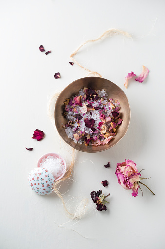 薔薇「Bowl of bath salts and dried rose petals」:スマホ壁紙(12)