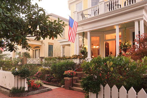 Southern USA「Front Porch and gardens with American Flag」:スマホ壁紙(1)