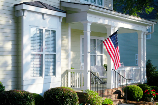 Fourth of July「Front Porch with an American Flag」:スマホ壁紙(1)