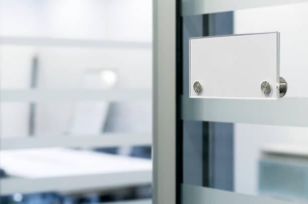 Name tag on office door:スマホ壁紙(壁紙.com)