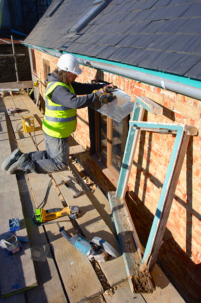 Rotting「Fixing new hardwood casement windows on a cottage under renovation, UK」:写真・画像(19)[壁紙.com]