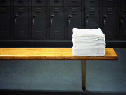 Bench「Towels on Locker Room Bench」:スマホ壁紙(2)